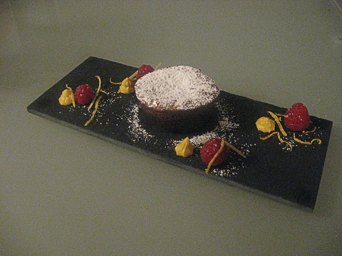 Tortino al cioccolato con zabajone e lamponi