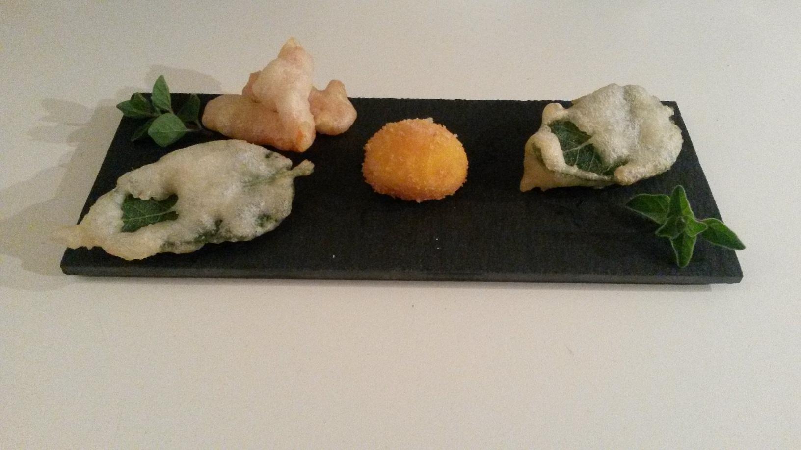 Tuorlo d'uovo fritto con tempura di verdure